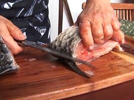 Prořízněte silnou kost kolem hřbetní ploutve.