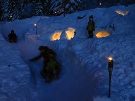 Zima je fajn. Sněhový tobogán postavili tátové, domečky se svíčkami zase