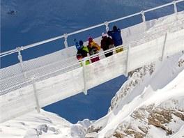 Most Titlis Cliff Walk je dlouhý 98 metrů a široký jen 91 centimetrů. Jak přes...