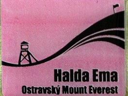Speciální odznak, který Klub českých turistů prodává lidem po zdolání haldy Ema