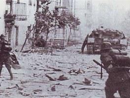 Voj�ci vyzbrojen� plamenometem Fm.W.42 b�hem boj� ve m�st�