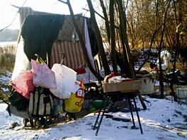 Naďa si u řeky sama vytvořila nové bydlení. I provizorní nábytek si stloukla.