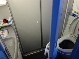 Na toaletě je docela dost místa. Můžete si tak natáhnout kalhoty, aniž byste...