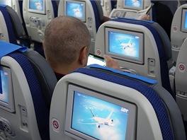V každém sedadle je zabudován zábavní systém.