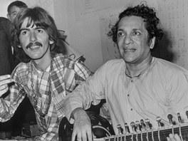 Ravi Shankar se svým nejslavnějším žákem Georgem Harrisonem (vlevo)