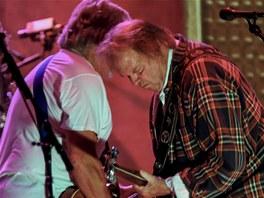 Neil Young a kytarista skupiny Crazy Horse Frank Poncho Sampedro