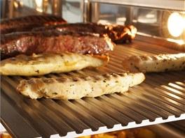Grilovací tál Magic Plate stačí otočit, a máte plech na pizzu nebo i cukroví.