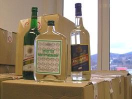 Policist� odhalili na Jesenicku dva prodejce nekolkovan�ho alkoholu. V obou