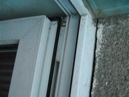 Netěsnosti mezi oknem a fasádní omítkou jsou rozeznatelné i v interiéru.