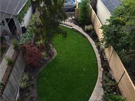 Dům má i malou zahradu. I o její návrh se postaralo dSPACE studio.