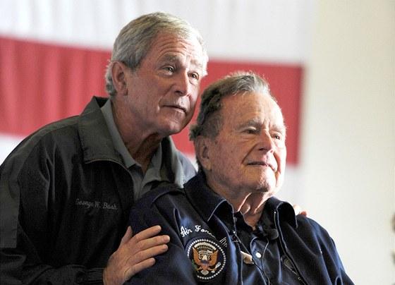 OTEC A SYN. Bývalí američtí prezidenti George W. Bush (vlevo) a George H.W.