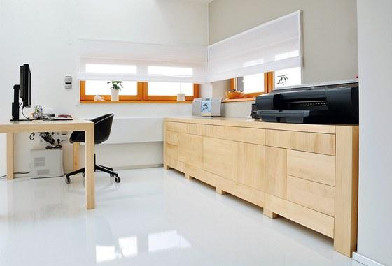 Úložné prostory jsou v pracovně dimenzovány na míru všem potřebám, bez kterých
