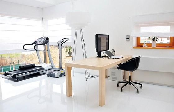 V patře přístavby je situována pracovna, ale i rodinné fitness.