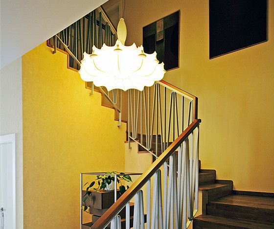 Výrazný lustr (Zeppelin, Flos) přesvědčil majitele, že se nemají bát moderního