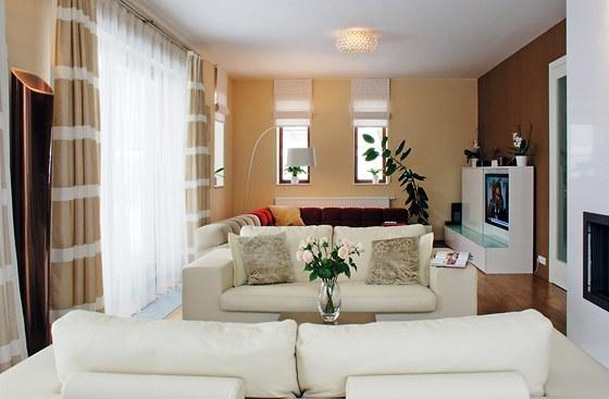 V obývacím pokoji převládá bílá a  škála hnědých tónů. Pro posezení u krbu,...
