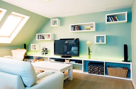 Bílá a pastelové odstíny barev určují atmosféru hlavního  obývacího prostoru.