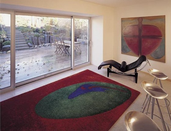 Tkaný koberec je jako obraz na zdi.