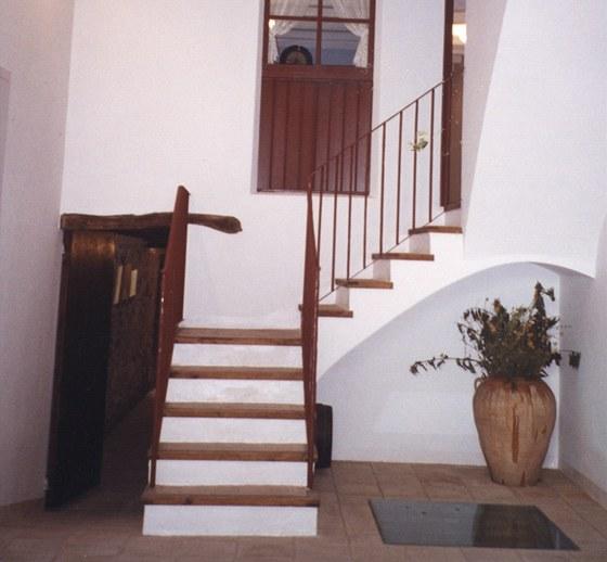 Vstupní prostor s vchodem do kotlářské dílny a po schodech do obytných pater
