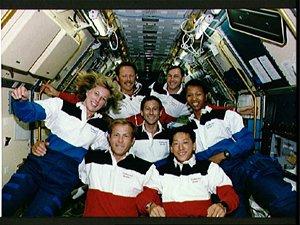 Posádka letu STS-47, v níž byli manželé Mark Lee a Nany Jan Davisová.