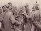"""""""Vy jste Anglo-Sasové, my Sasové,"""" podávali ruce němečtí vojáci Angličanům."""