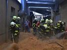 Dvě desítky hasičů vyprostily v Prostějově muže zavaleného pilinami (25.