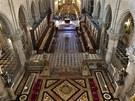 Válcové pilíře o průměru pět metrů rozdělují kostel na pět chrámových lodí.
