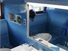 Krásná azurová koupelna se může pochlubit velkým úložným prostorem nenápadně