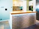 Podsvícení kuchyňského ostrůvku vytváří zajímavou atmosféru. Nad kuchyňskou