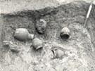 Historický snímek archeologických nálezů z místa stavby olomouckého obchodního