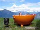 Systém je jednoduchý. Studená voda proudí spodem žhavou spirálou, kde se ohřeje...