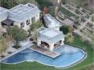 Opulentní vila vyšla hvězdný pár na 25 milionů dolarů, v přepočtu za téměř půl...
