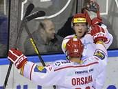 Jakub Orsava a střelec Daniel Rákos z Třince se radují z gólu.