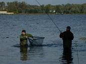 Velké podběráky usnadňují podebrání ryby.