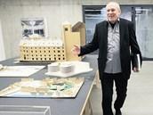 Josef Pleskot prochází výstavou svých architektonických návrhů v Gongu v Dolní
