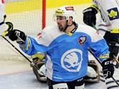 Plzeňský hokejista Milan Gulaš právě překonal obranu Liberce a slaví gól.