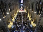 Délka katedrály je 128 , výška věží 69 metrů.