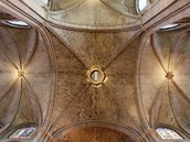 Galerie s dvouotvorovými okny obíhá nad arkádami a ve své klenbě je převýšena