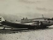 Letadlo HA-LII po nouzovém přistání. Na snímku je vidět uražená špička pravého