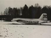 Letadlo HA-LII po nouzov�m p�ist�n�.