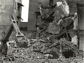 Historický snímek z bourání původní zástavby při stavbě olomouckého obchodního