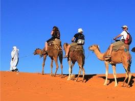 Karavana stoupá na jednu zmenších dun. Chůze po rovině a do kopce je příjemná,