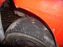 Prchající řidič narazil s automobilem Daewoo Nubira do telefonního sloupu.