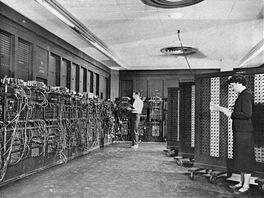 Elektronkový počítač ENIAC. Pracoviště vkládání programu do stroje.