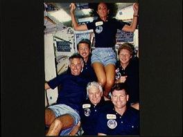 Judith Resniková a celá posádka STS-41-D v kosmu.