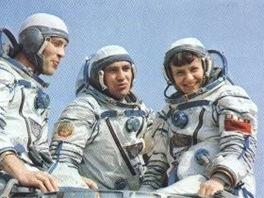 Posádka Sojuzu T-7 (zleva(: Serebrov, Popov a Savická.
