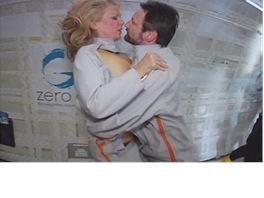 Vanna Bonta s manželem při zkoušce speciální kombinézy během krátkodobé beztíže
