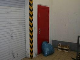 Lupič čekal, až obsluha hronovského supermarketu otevře vrata, aby přijala nové...