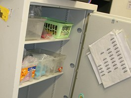 Když ozbrojený lupič dostal od obsluhy supermarketu hotovost, zamkl je v šatně...