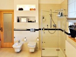 Nahlédnutí do koupelny v patře, která je stejně jako koupelna v přízemí