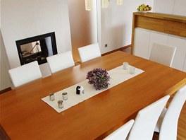Středobodem obývacího pokoje se stal masivní stůl vyrobený na zakázku. Pod